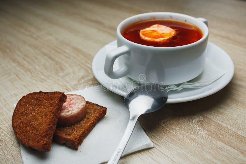 乌克兰传统罗宋汤 在白色碗的俄国素食红色汤在红色木背景 顶视图 罗宋汤,博尔希与 免版税库存照片