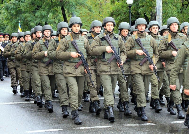 乌克兰军队的战士的形成 祖国保卫者日的庆祝 免版税库存照片