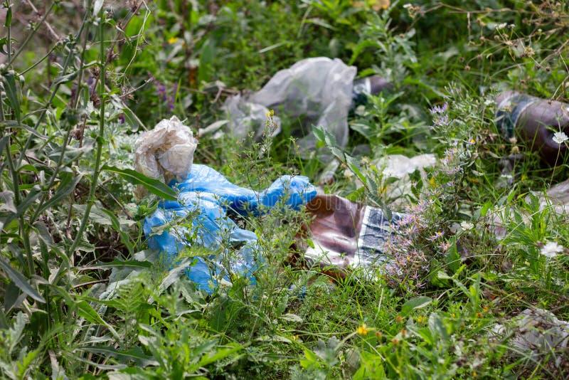 乌克兰卢甘斯克2019年9月7日:路边垃圾的丢弃,城市环境污染 免版税库存照片