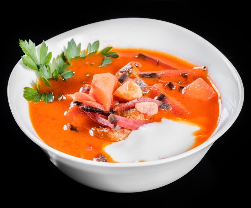乌克兰和俄国传统甜菜根汤-在碗的罗宋汤有酸性稀奶油和草本的,隔绝在黑背景, 库存照片