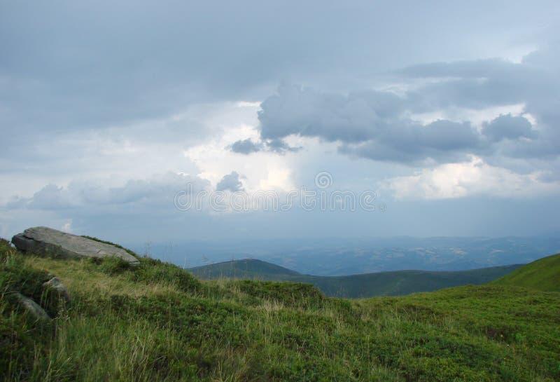 乌克兰喀尔巴阡山脉 在村庄Volovets Zakarpattya地区附近的山脉Borzhava 乌克兰 免版税库存照片