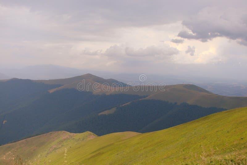 乌克兰喀尔巴阡山脉 在村庄Volovets Zakarpattya地区附近的山脉Borzhava 乌克兰 免版税库存图片