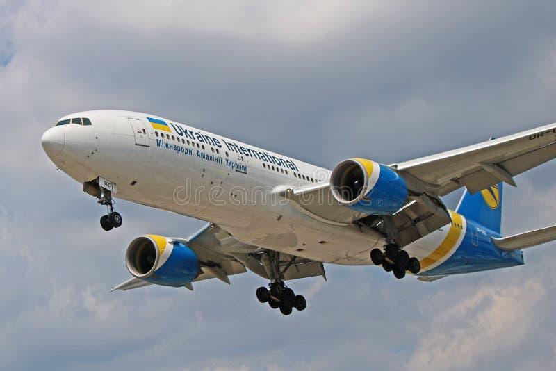 乌克兰国际航空波音777-200ER侧视图特写镜头 库存照片