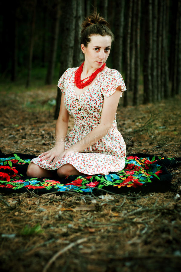 乌克兰女孩在森林里 库存图片
