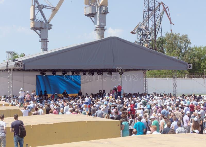 乌克兰总统Petro波罗申科在与城市的居民和工作者的会谈期间造船厂的Nibulon 免版税库存图片