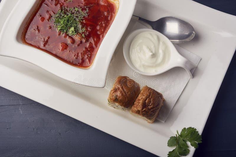 乌克兰或俄国trditional汤-红色罗宋汤 餐馆服务的罗宋汤用蒜味面包 图库摄影