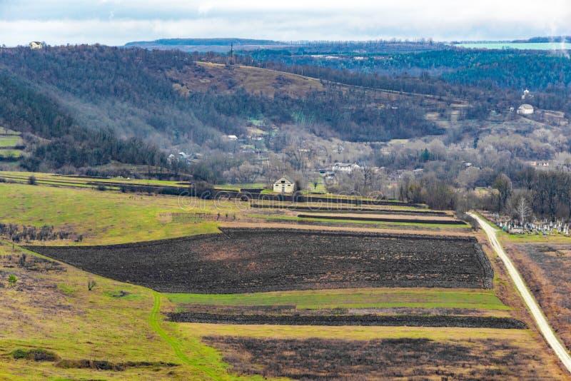 乌克兰村庄看法有谷和山的,从寄生虫的射击 库存照片