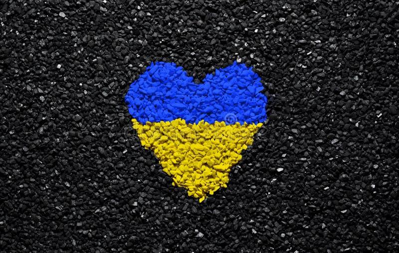 乌克兰的旗子,乌克兰旗子、心脏在黑背景,石头、石渣和木瓦,墙纸 免版税库存图片
