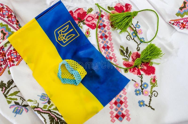 乌克兰的青黄色旗子和一部分的一件被绣的衬衣 免版税库存照片