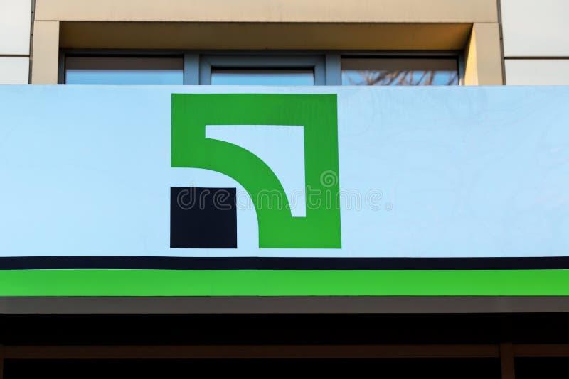 乌克兰第聂伯罗彼得罗夫斯克市第聂伯罗市,29 11 18 英国金融部挂有私人银行标识 一个标志 免版税库存照片