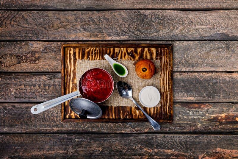 乌克兰罗宋汤用蕃茄、甜菜根和奶油蛋卷 免版税库存照片
