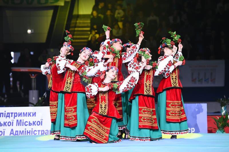 乌克兰舞蹈合奏表现在史特拉Zakharova艺术性的体操乌克兰国际杯的 传统 免版税库存照片