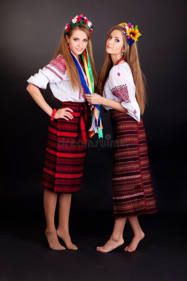乌克兰衣裳的少妇 免版税库存照片