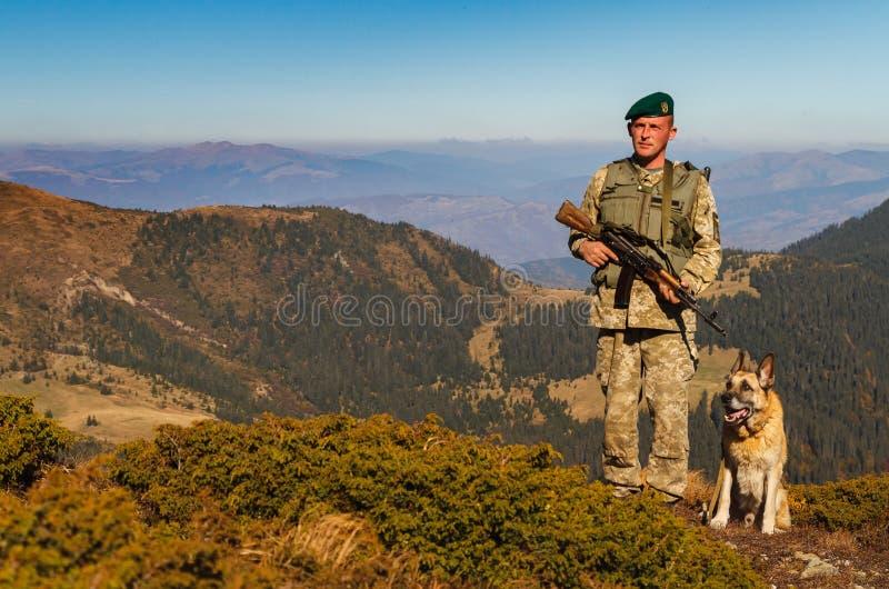 乌克兰边防卫兵在喀尔巴阡山脉 库存图片