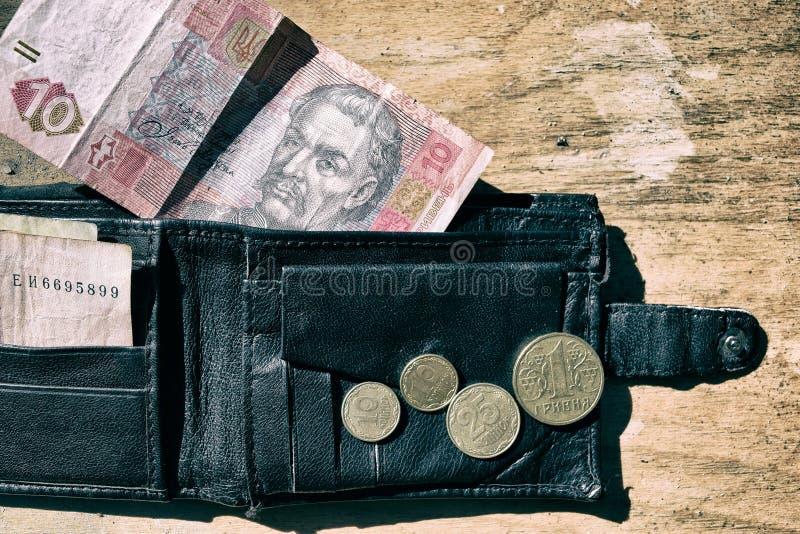 乌克兰金钱在黑背景的钱包里 库存照片