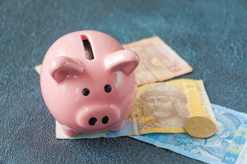 乌克兰钞票hryvnia的存钱罐作为储款的标志在乌克兰 免版税图库摄影