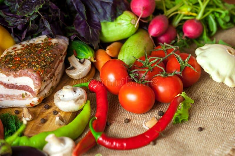 乌克兰静物画猪油和菜 免版税库存图片