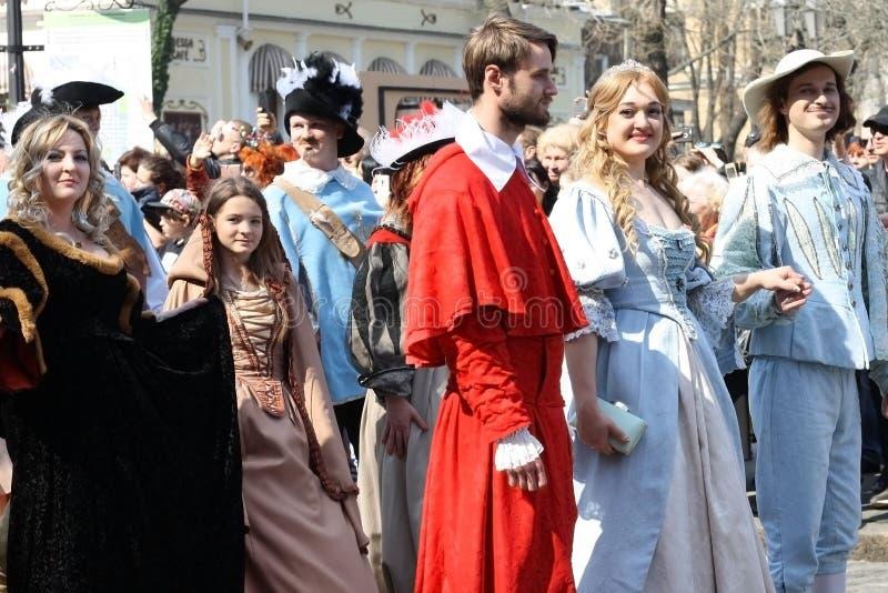 乌克兰,傲德萨- 2019年4月1日:幽默和笑声,幽默,服装的年轻人的庆祝从Dartanyan电影和 库存图片