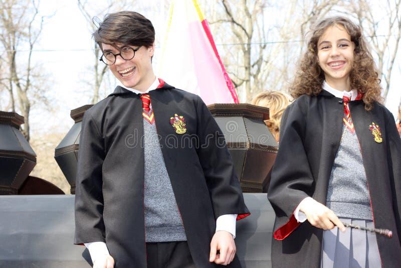 乌克兰,傲德萨- 2019年4月1日:服装游行致力天幽默和笑声,Humorina 男孩和女孩服装的 库存照片