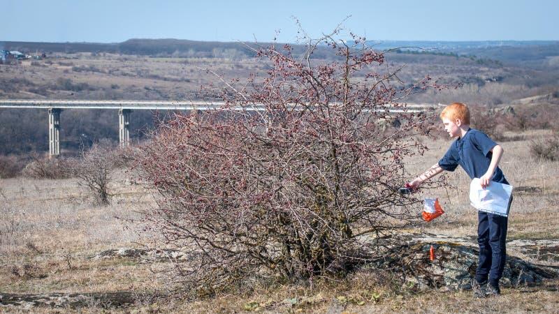 乌克兰,尼古拉耶夫州地区- 2019年3月9日:orienteering 运动员标记检查站的段落 图库摄影