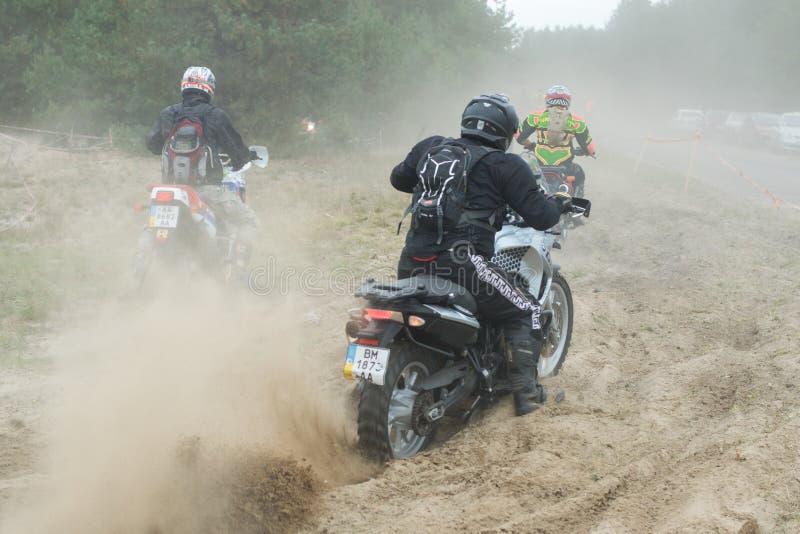 乌克兰,诺夫哥罗德Seversky - 2017年9月30日:在诺夫哥罗德Seversky附近召集, enduro在含沙路的摩托车种族, 免版税图库摄影