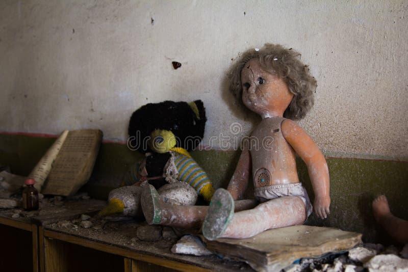 乌克兰 切尔诺贝利禁区 - 2016年 03 19 老玩偶在被放弃的幼儿园 库存照片