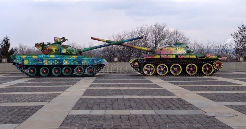 乌克兰 基辅 被绘的坦克临近祖国的纪念碑 免版税库存照片