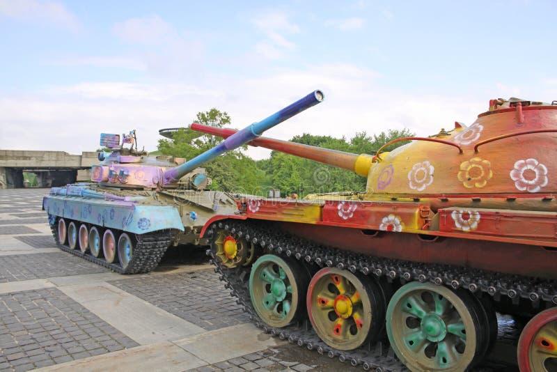 乌克兰 基辅 被绘的坦克临近祖国的纪念碑 免版税库存图片