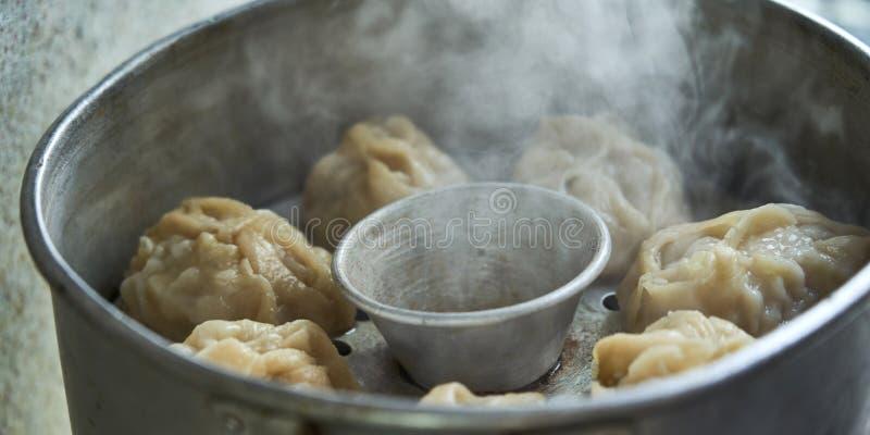乌兹别克人全国食物女用披巾,象饺子 图库摄影