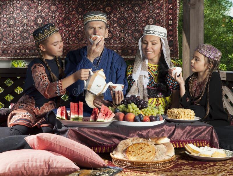 乌兹别克斯坦家庭食用早餐 免版税库存照片