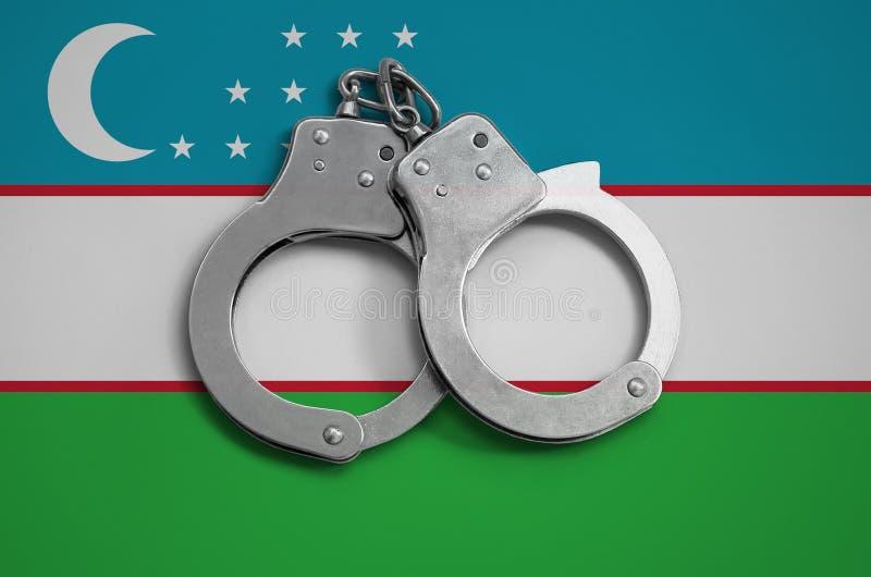乌兹别克斯坦旗子和警察手铐 法律在国家和保护的遵守的概念免受罪行 皇族释放例证