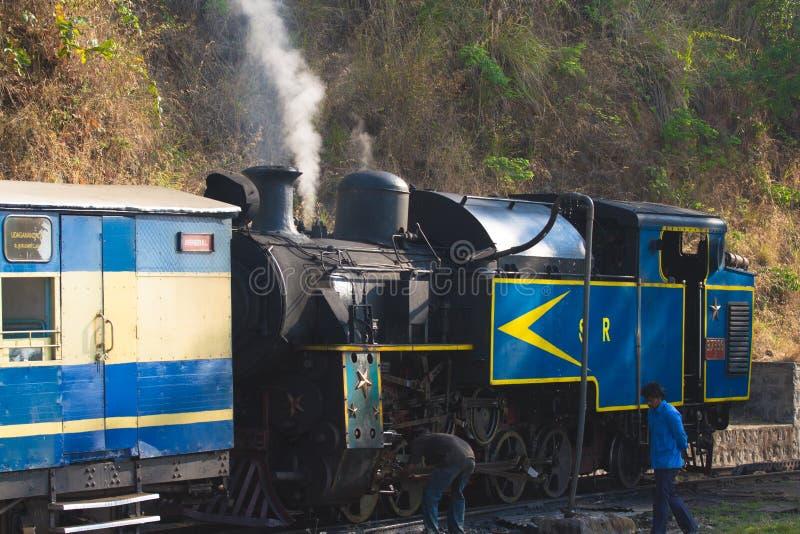 乌塔卡蒙德,泰米尔纳德邦,印度, 2015年3月20日:Nilgiri山铁路 蓝色培训 联合国科教文组织遗产 窄片 免版税库存图片