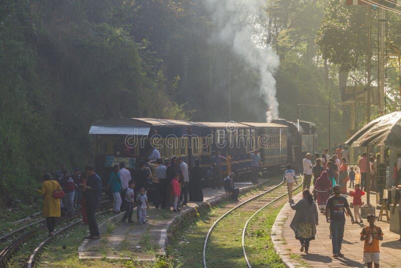 乌塔卡蒙德,泰米尔纳德邦,印度, 2015年3月20日:Nilgiri山铁路 蓝色培训 联合国科教文组织遗产 狭窄测量仪 很多 图库摄影