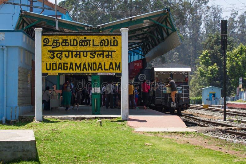 乌塔卡蒙德,泰米尔纳德邦,印度, 2015年3月22日:Nilgiri 铺铁路标志Tamilnadu官方语言写的Udagamanadalam  免版税库存图片
