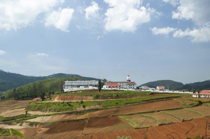 乌塔卡蒙德,Ootacamund看法有好牧羊人国际学校的,在Nilgiris,泰米尔・那杜,印度 免版税库存照片