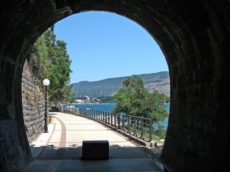 乌尔齐尼老堡垒的门  乌尔齐尼镇在黑山 堡垒在老镇在一个晴朗的夏日 图库摄影