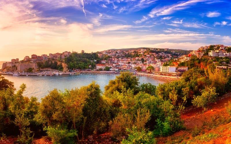 乌尔齐尼,中世纪地中海镇,普遍的夏天旅游胜地全景日落的在黑山 免版税库存图片