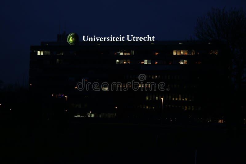 乌得勒支在一个大厦顶部的大学标志在晚上 库存图片