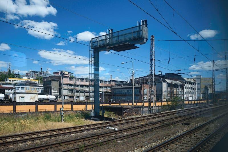 乌斯季nad Labem和在前景的火车轨道捷克城市的历史工业部分,当观看从快车命名了筚篥 免版税库存照片