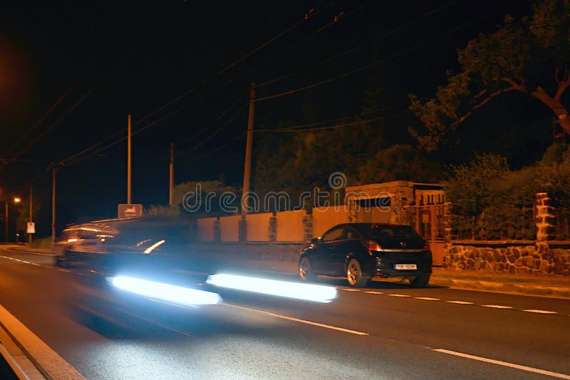 乌斯季nad Labem,捷克共和国- 2018年6月16日:移动的汽车光在路的在Opletal街道夜 免版税图库摄影