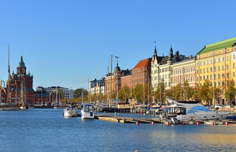 乌斯片斯基大教堂,Pohjoisranta堤防、港口有游艇的和船 赫尔辛基,芬兰 库存照片