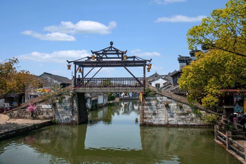 乌江市在有小桥梁的镇浇灌人 免版税库存图片