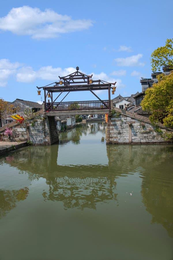 乌江市在有小桥梁的镇浇灌人 免版税库存照片