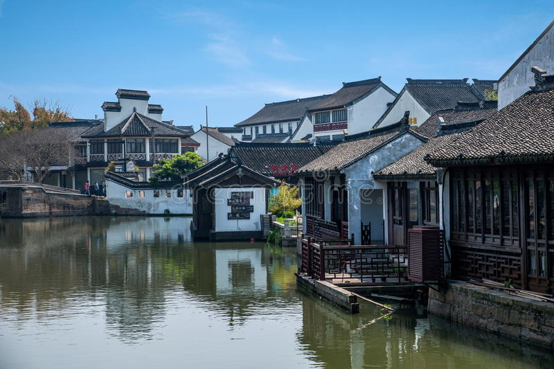 乌江市在有小桥梁的镇浇灌人 库存照片