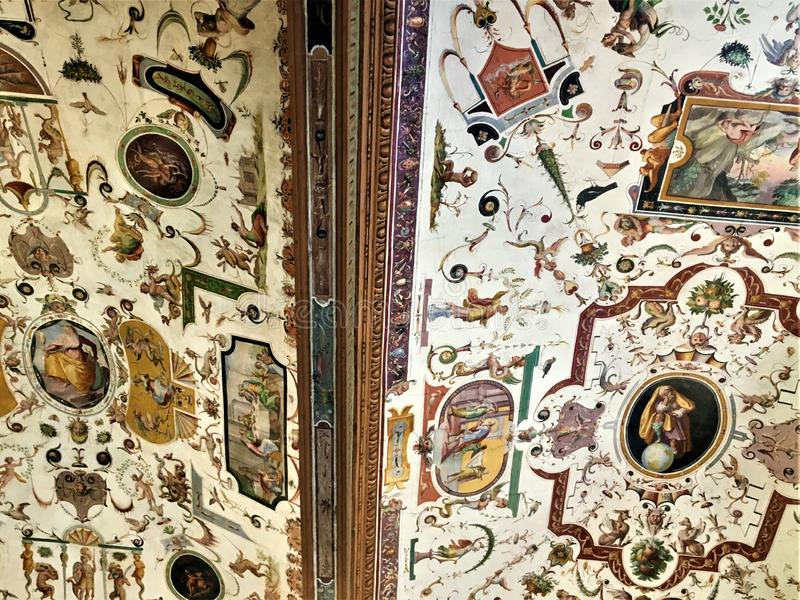 乌菲兹美术馆画廊、屋顶和grotteschi在佛罗伦萨,意大利 图库摄影