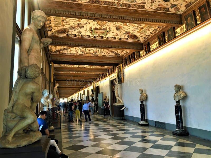 乌菲兹美术馆画廊、雕象和grotteschi在佛罗伦萨,意大利 库存图片