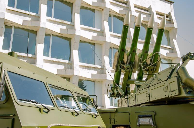 乌里杨诺夫斯克号,俄罗斯- 2019年5月09日:军用设备的陈列在城市的中心广场 背景影像- 库存照片
