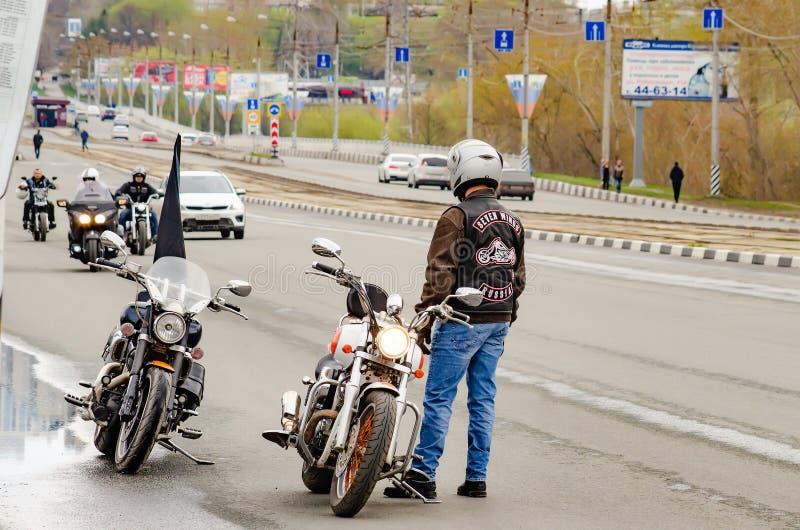 乌里杨诺夫斯克号,俄罗斯- 2019年5月03日:摩托车季节的开头 骑自行车的人在街道上见面和为做准备 库存照片