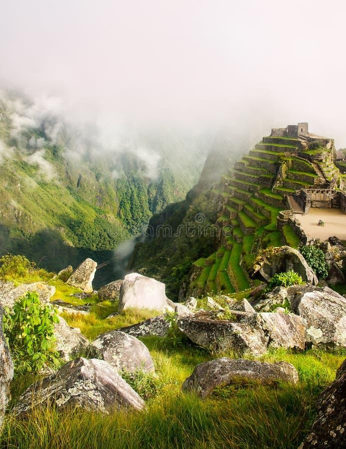 乌鲁班巴谷和周围的山的风景看法从马丘比丘废墟在秘鲁 免版税库存图片