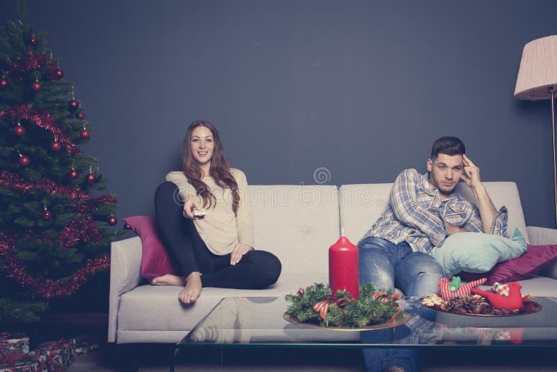 乏味夫妇在家在圣诞节心情 库存照片